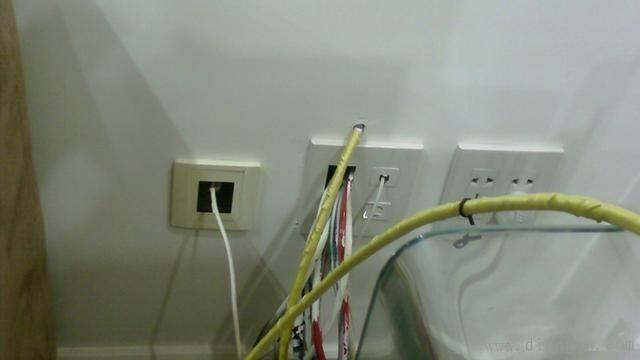 买房装修是件愉快又十分繁琐的事情,网络布线在家装中是十分容易被忽略的项目,很多人觉得直接用个无线路由器就可以了,很方便。但是,目前无线由于信号干扰和衰减等原因,还存在稳定性差、速度慢等缺点。而且网络布线成本相对于高昂的装修费用来说,简直太少了。  1、网络布线布哪些线?